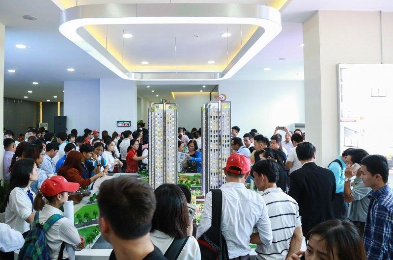 Khách hàng tham dự khai trương khu nhà mẫu Saigon Intela